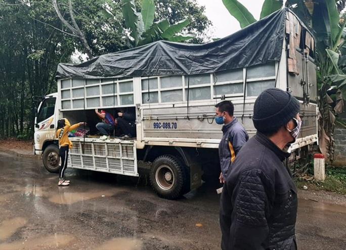 Chặn xe tải chở 15 người trốn chốt kiểm soát phòng chống dịch Covid-19 - Ảnh 3.