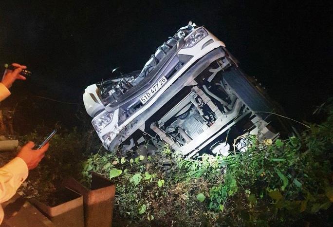 Xe tải chở rau rơi xuống vực đèo Bảo Lộc trong đêm, tài xế nguy kịch - Ảnh 3.