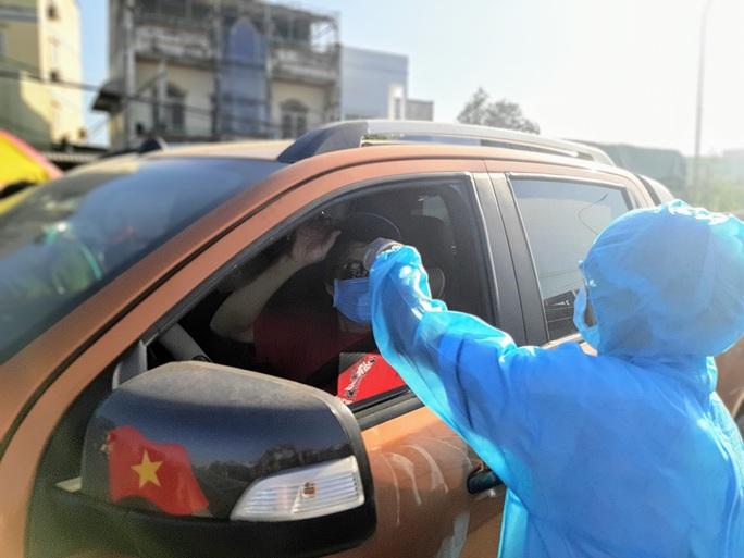 Lô hàng khẩu trang y tế bị bắt tại cổng sân bay Tân Sơn Nhất - Ảnh 2.