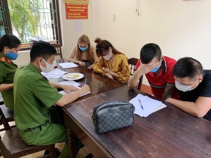 Quảng Bình: Gần 10 thanh niên nam, nữ thuê  khách sạn để bay lắc giữa mùa dịch Covid-19 - Ảnh 2.