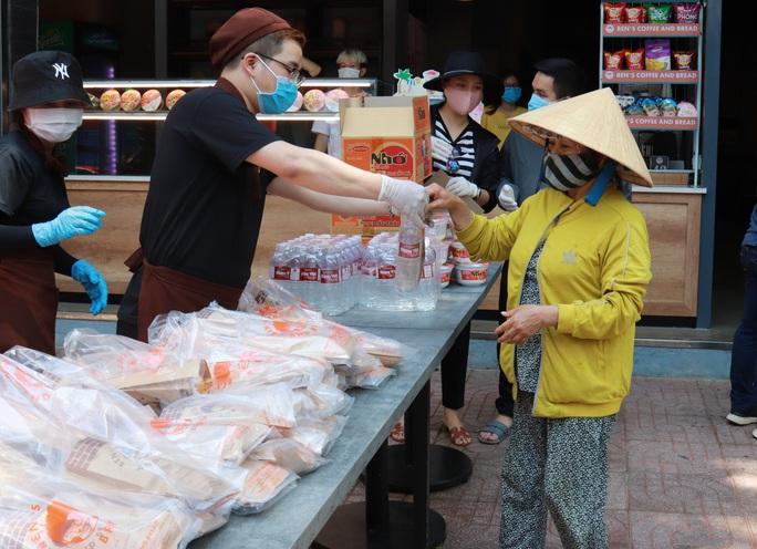 Đắk Lắk hỗ trợ hàng ngàn phần ăn cho người bán vé số - Ảnh 1.