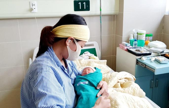 5 bé sơ sinh chào đời trong khu cách ly Bệnh viện Bạch Mai - Ảnh 2.
