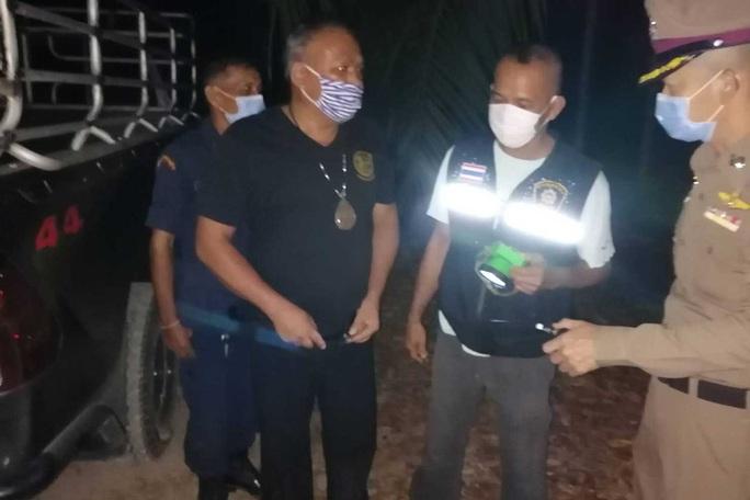 Covid-19: Vi phạm lệnh giới nghiêm, 2 người bị trưởng làng bắn chết ở Thái Lan - Ảnh 2.