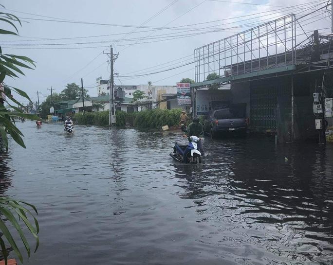 Mưa lớn nhiều giờ bất ngờ đổ xuống đảo ngọc Phú Quốc - Ảnh 2.