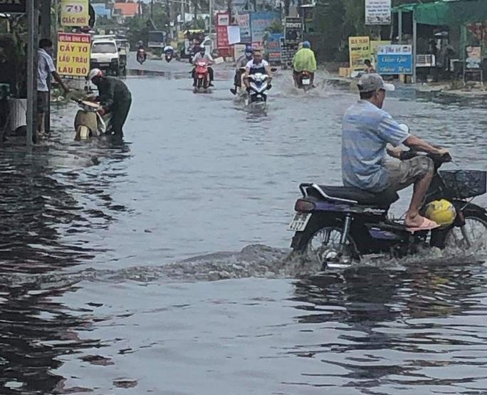 Mưa lớn nhiều giờ bất ngờ đổ xuống đảo ngọc Phú Quốc - Ảnh 3.