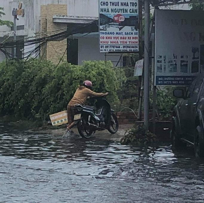 Mưa lớn nhiều giờ bất ngờ đổ xuống đảo ngọc Phú Quốc - Ảnh 4.