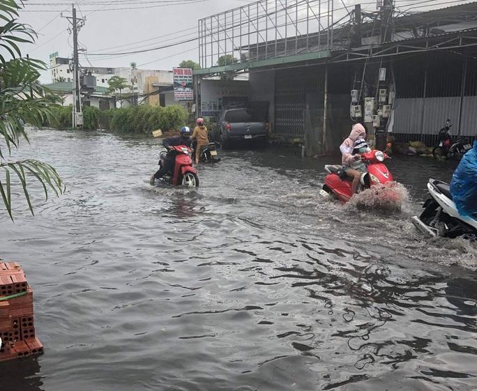 Mưa lớn nhiều giờ bất ngờ đổ xuống đảo ngọc Phú Quốc - Ảnh 6.