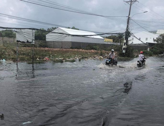 Mưa lớn nhiều giờ bất ngờ đổ xuống đảo ngọc Phú Quốc - Ảnh 8.