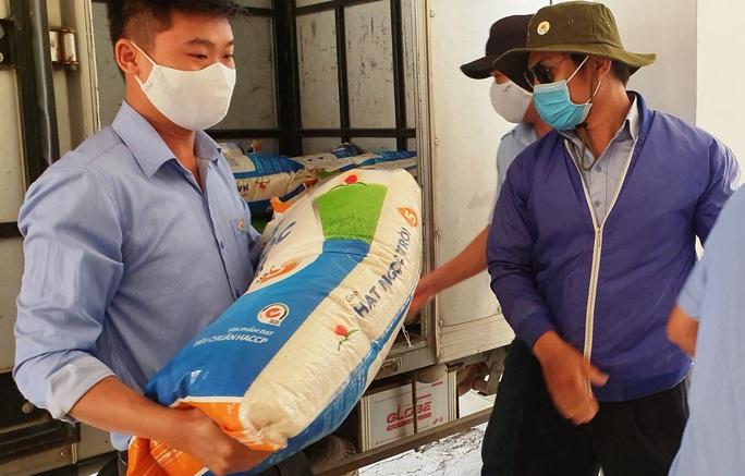 Tập đoàn Lộc Trời hỗ trợ hơn 137 tấn gạo để các tỉnh chống dịch - Ảnh 3.