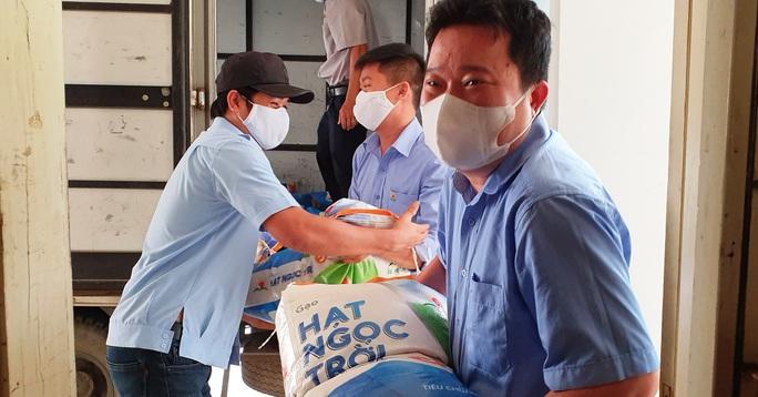 Tập đoàn Lộc Trời hỗ trợ hơn 137 tấn gạo để các tỉnh chống dịch - Ảnh 4.