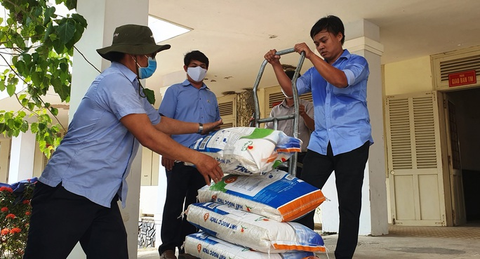 Tập đoàn Lộc Trời hỗ trợ hơn 137 tấn gạo để các tỉnh chống dịch - Ảnh 1.
