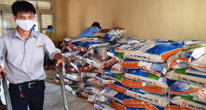 Tập đoàn Lộc Trời hỗ trợ hơn 137 tấn gạo để các tỉnh chống dịch - Ảnh 6.