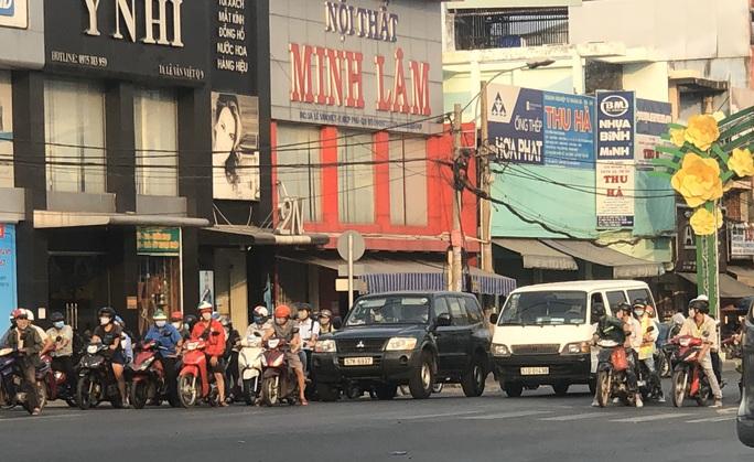 Cách ly xã hội: Đường phố TP HCM chỉ đông người giờ tan tầm - Ảnh 13.