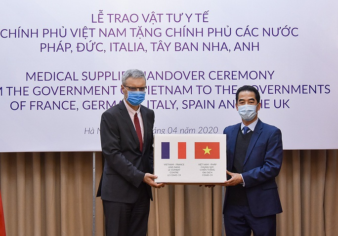 Trao 550.000 khẩu trang kháng khuẩn hỗ trợ các nước châu Âu phòng chống dịch Covid-19 - Ảnh 2.