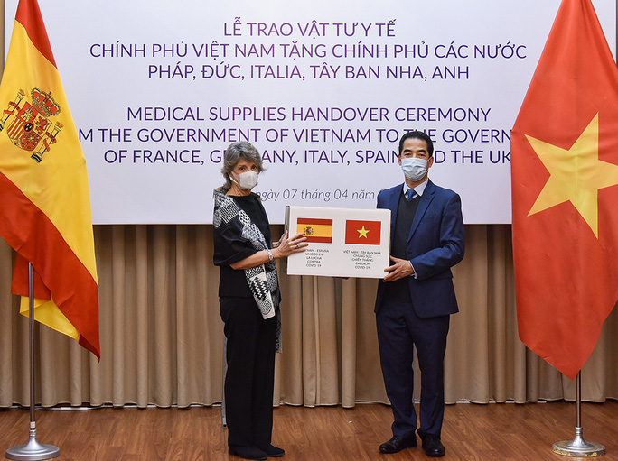 Trao 550.000 khẩu trang kháng khuẩn hỗ trợ các nước châu Âu phòng chống dịch Covid-19 - Ảnh 1.