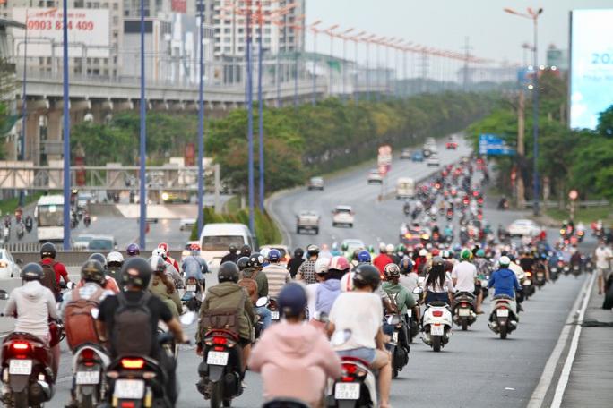 Cách ly xã hội: Đường phố TP HCM chỉ đông người giờ tan tầm - Ảnh 9.