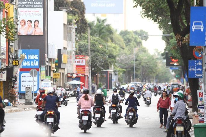 Cách ly xã hội: Đường phố TP HCM chỉ đông người giờ tan tầm - Ảnh 4.