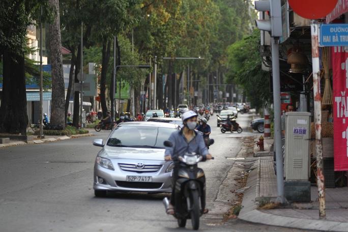 Cách ly xã hội: Đường phố TP HCM chỉ đông người giờ tan tầm - Ảnh 2.