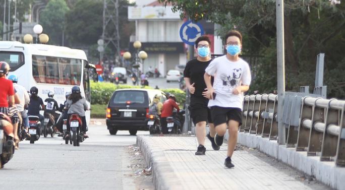 Cách ly xã hội: Đường phố TP HCM chỉ đông người giờ tan tầm - Ảnh 10.