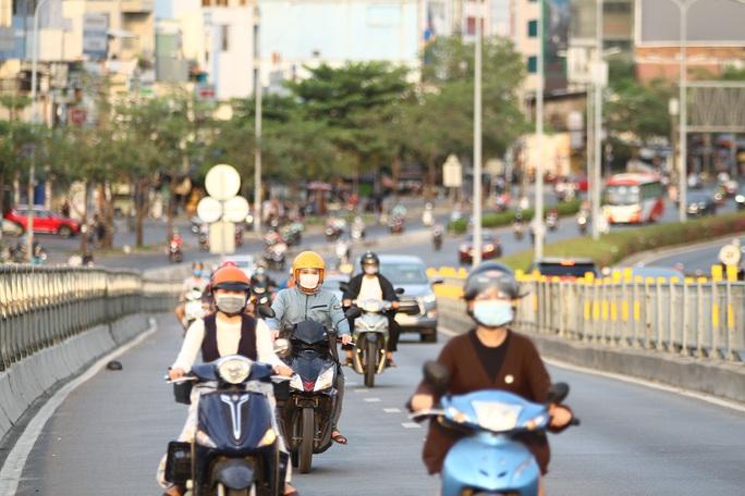 Cách ly xã hội: Đường phố TP HCM chỉ đông người giờ tan tầm - Ảnh 11.
