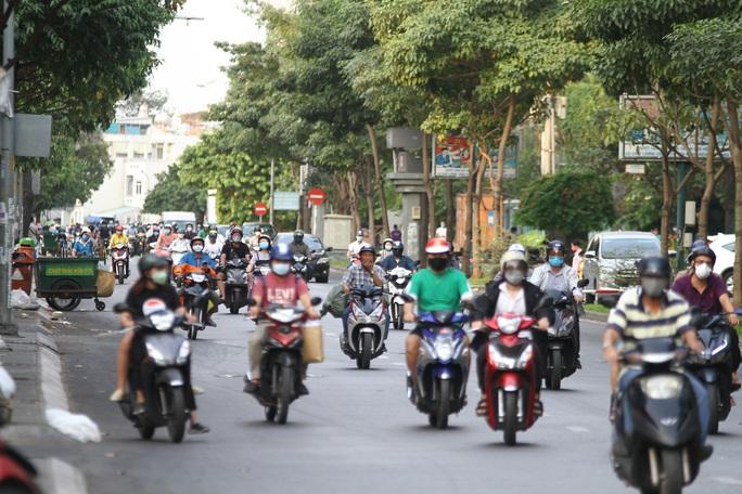 Cách ly xã hội: Đường phố TP HCM chỉ đông người giờ tan tầm - Ảnh 3.