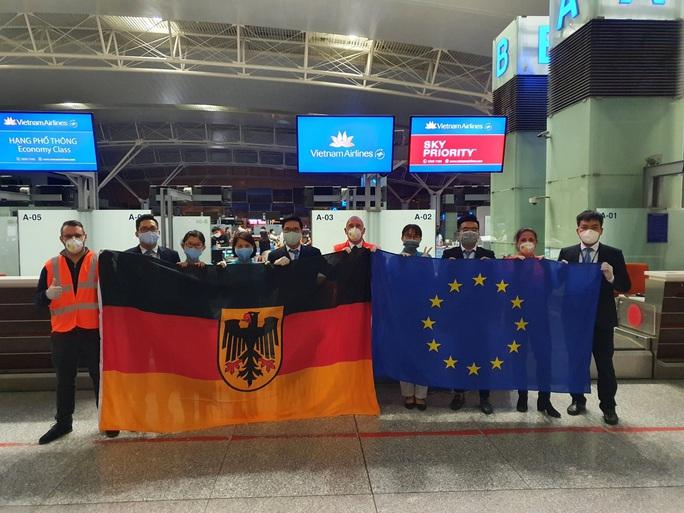 Hai chuyến bay đặc biệt từ Việt Nam đưa công dân châu Âu hồi hương - Ảnh 4.
