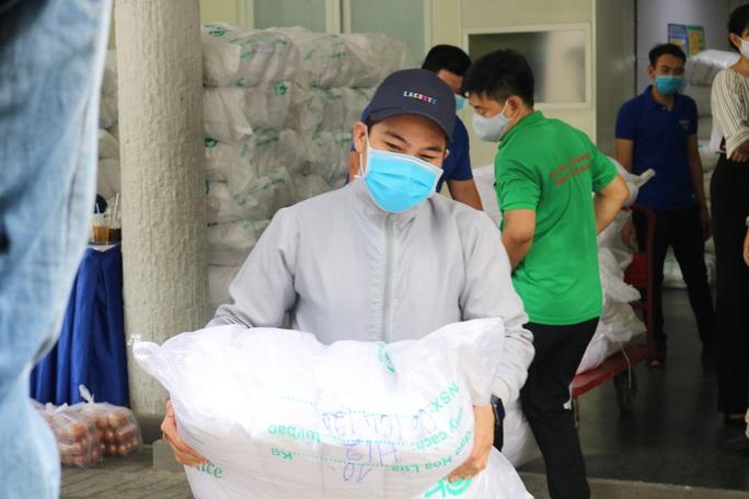 """59 tấn gạo """"lên xe"""" về với người khó khăn 24 quận, huyện TP HCM - Ảnh 3."""