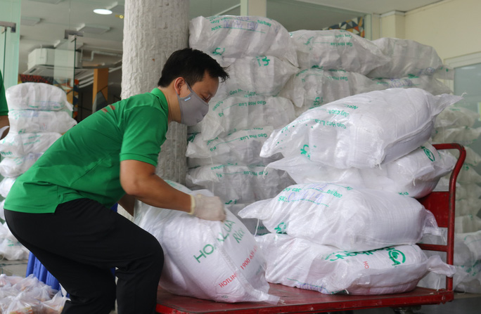"""59 tấn gạo """"lên xe"""" về với người khó khăn 24 quận, huyện TP HCM - Ảnh 1."""