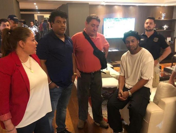Ronaldinho thoát án tù, chịu quản thúc 6 tháng ở… khách sạn - Ảnh 5.