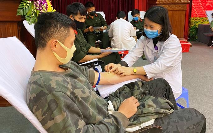 Giám đốc Công an tỉnh Thanh Hóa hiến máu cứu người - Ảnh 3.