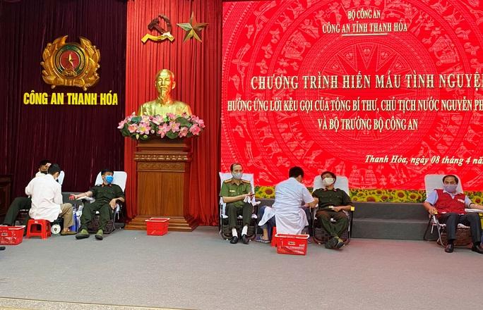Giám đốc Công an tỉnh Thanh Hóa hiến máu cứu người - Ảnh 1.