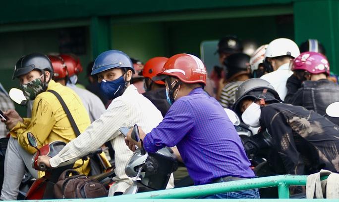Phà Cát Lái đông người, khó giữ khoảng cách an toàn phòng dịch Covid-19 - Ảnh 9.