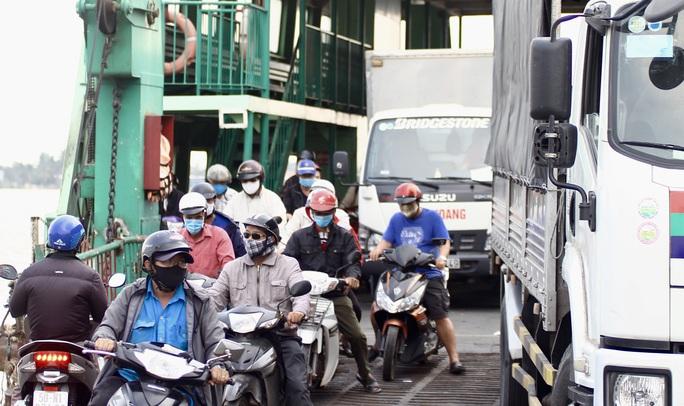 Phà Cát Lái đông người, khó giữ khoảng cách an toàn phòng dịch Covid-19 - Ảnh 10.