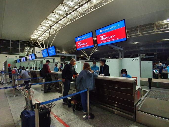 Hai chuyến bay đặc biệt từ Việt Nam đưa công dân châu Âu hồi hương - Ảnh 11.