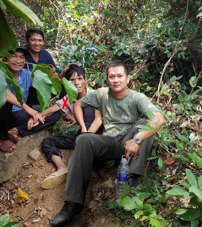 Ly kỳ chuyện nhóm thợ săn bắt nghi phạm giết người trốn trong rừng sâu - Ảnh 2.