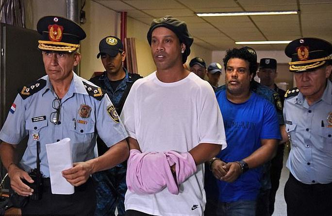 Ronaldinho thoát án tù, chịu quản thúc 6 tháng ở… khách sạn - Ảnh 2.