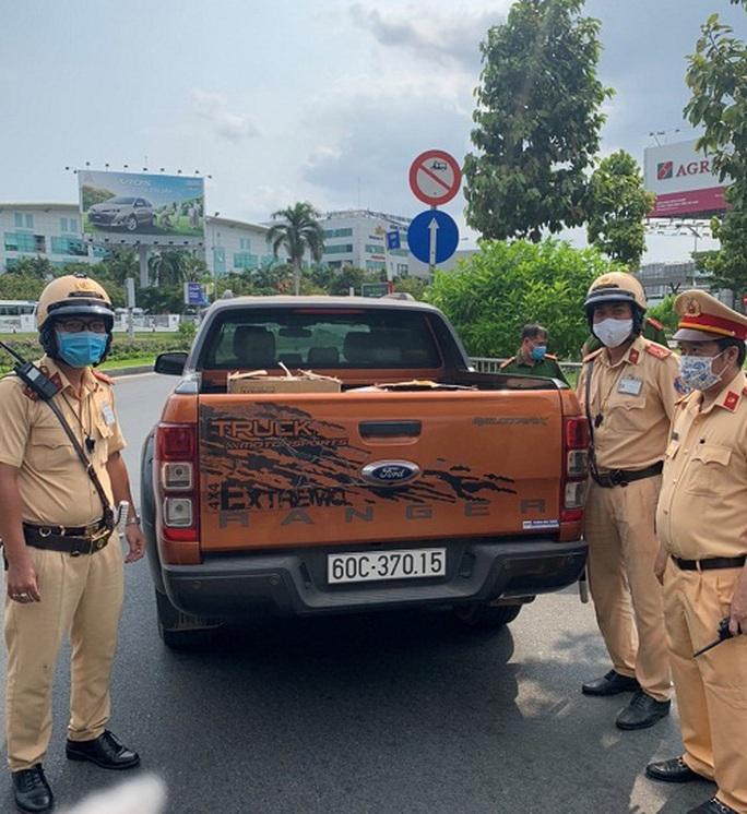 Lô hàng khẩu trang y tế bị bắt tại cổng sân bay Tân Sơn Nhất - Ảnh 1.