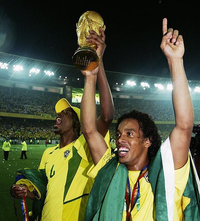 Ronaldinho thoát án tù, chịu quản thúc 6 tháng ở… khách sạn - Ảnh 8.