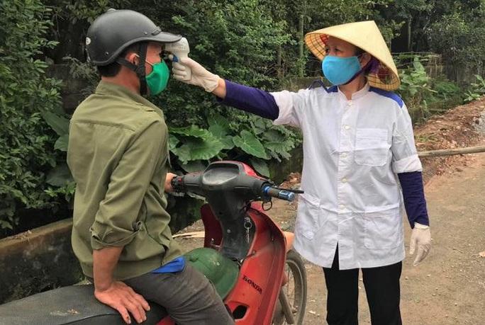 Cận cảnh kiểm soát thôn hơn 1.000 người có ca bệnh Covid-19 số 251 phức tạp - Ảnh 6.