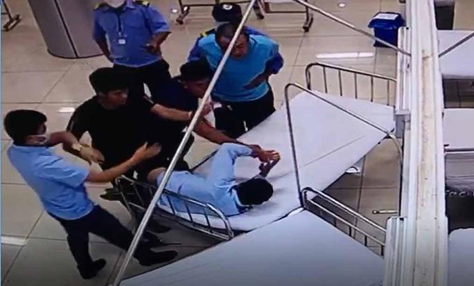 Đưa người đi cấp cứu, 2 đối tượng đánh nhân viên bệnh viện - Ảnh 2.