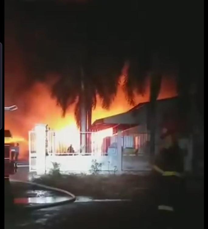 CLIP: Cháy lớn tại Công ty Đồng Xanh trong Khu công nghiệp Hạnh Phúc- Long An - Ảnh 4.