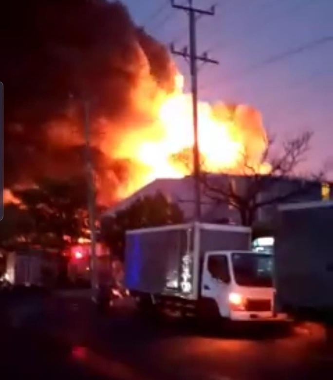 CLIP: Cháy lớn tại Công ty Đồng Xanh trong Khu công nghiệp Hạnh Phúc- Long An - Ảnh 5.