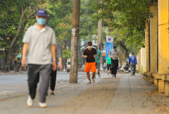 CLIP: Mặc công viên đóng cửa, nhiều người dân vẫn lao ra vỉa hè tập thể dục - Ảnh 3.