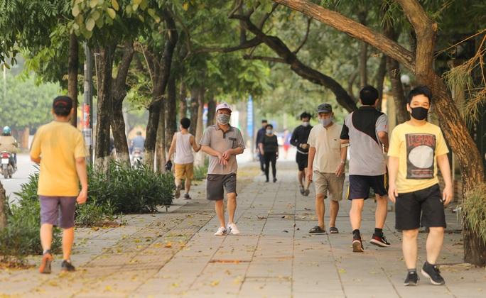 CLIP: Mặc công viên đóng cửa, nhiều người dân vẫn lao ra vỉa hè tập thể dục - Ảnh 9.