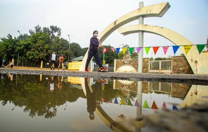 CLIP: Mặc công viên đóng cửa, nhiều người dân vẫn lao ra vỉa hè tập thể dục - Ảnh 10.