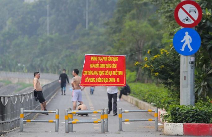 CLIP: Mặc công viên đóng cửa, nhiều người dân vẫn lao ra vỉa hè tập thể dục - Ảnh 11.