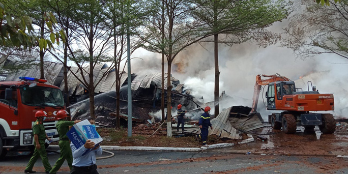 Hàng chục xe cứu hỏa chữa cháy kho hạt điều và lúa mì - Ảnh 11.
