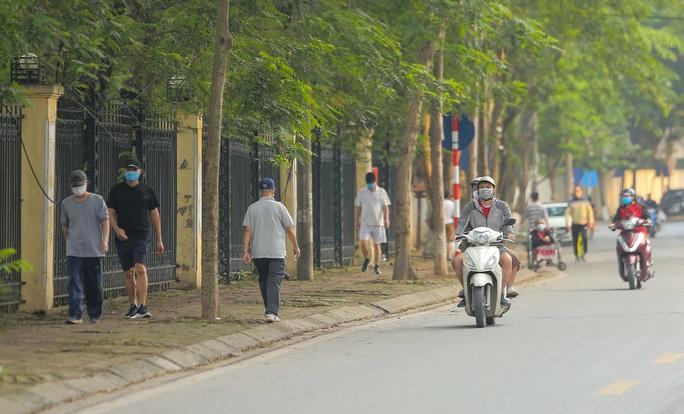 CLIP: Mặc công viên đóng cửa, nhiều người dân vẫn lao ra vỉa hè tập thể dục - Ảnh 6.