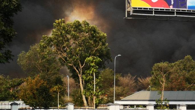 Hàng chục xe cứu hỏa chữa cháy kho hạt điều và lúa mì - Ảnh 8.