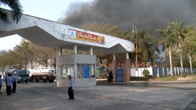 Hàng chục xe cứu hỏa chữa cháy kho hạt điều và lúa mì - Ảnh 6.